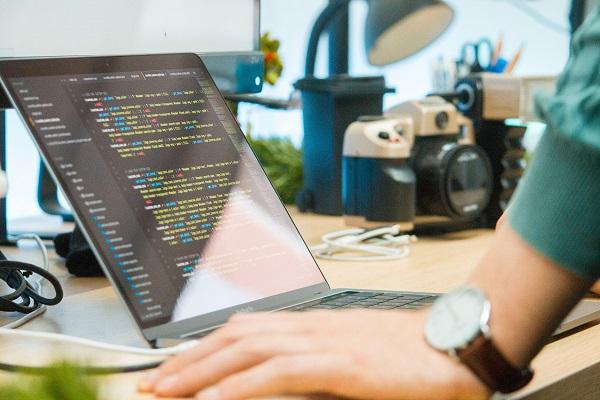 Jak zostać programistą: gdzie szukać zleceń na pracę zdalną?