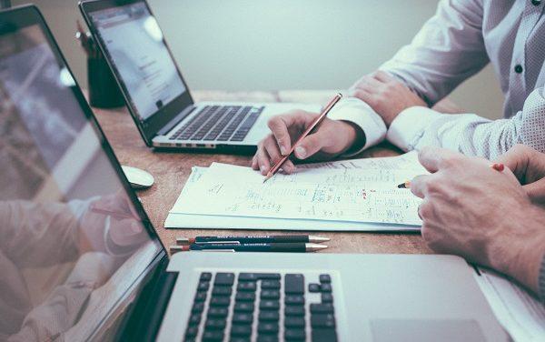 Czy freelancer musi mieć firmę? Jak rozliczać się z klientami w pracy zdalnej
